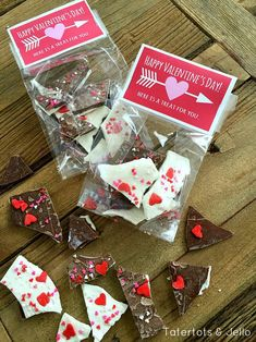 It's almost Valentine's Day – are you ready?? Here's an easy gift idea and free treat toppers to give to anyone in your life! Heart & Arrow Valentine Treat Topper Free Printables!