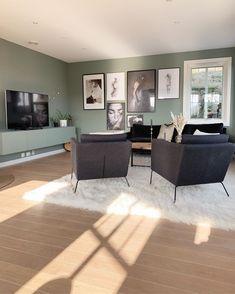 Antique Green fra Jotun har en dempet grønn tone. Få inspirasjon om Jotun Antique Green fra ekte hjem Daily Routine Chart, Corner Desk, Dining Bench, Antiques, Green, Inspiration, Furniture, Home Decor, Living Room
