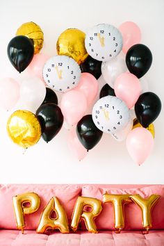 DIY Clock Balloons for New Year's Eve. Love the looks of this. Can be a photo booth backdrop idea too!