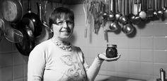 """Molto semplice, questa ricetta ha permesso spesso alle donne della zona di conservare i mirtilli, che intorno a Voghera crescevano abbondanti e spontanei. """"Oggi, che la loro ricerca è diventata difficile come quella del Santo Graal"""", osserva Grazia, """"è più facile lavorare con mirtilli acquistati in negozio""""."""