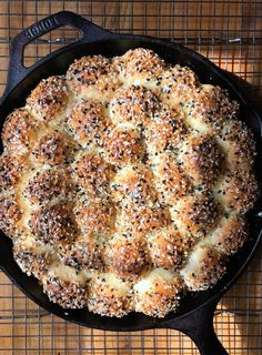Low Carb Recipes To The Prism Weight Reduction Program Everything Bagel Pull Apart Bread Is Soft, Fluffy, Sprinkled With Pure Joy In The Form Of Everything Bagel Seasoning, And Oh Yeah, It's Stuffed With Cream Cheese. Get The Recipe At Art Du Pain, Everything Bagel, Everything Bread Recipe, Pull Apart Bread, Le Diner, Fish And Chips, Snacks, Scones, Baking Recipes