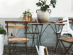 Äntligen tar vi fram utemöblerna och inreder för det sköna vardagslivet ute. TÄRNÖ bord och stolar för utomhusbruk.