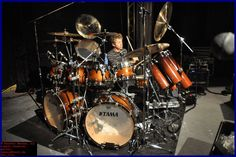Learn about your favorite famous drummers with this ultimate drummer resource. Featuring all the top drummers biographies, there is nothing you won't find about your favorite drummer! Simon Phillips, Jazz Composers, Trommler, Gretsch Drums, Drum Lessons, Old Rock, How To Play Drums, Double Bass, Band Photos