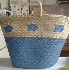Cool bag for running around in the summertime! Beach Basket, Painted Baskets, Diy Tote Bag, Ibiza Fashion, Straw Tote, Basket Bag, Summer Bags, My Bags, Bag Making