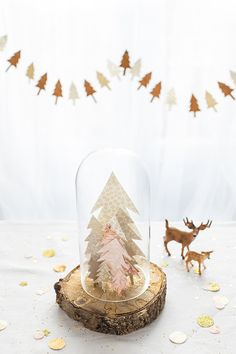 DYI Enchanted forest Christmas table from Carnets Parisiens - centre piece - pine trees in a glob - white dishes and gold cutlery. Woodland Christmas, Christmas Mood, Noel Christmas, Merry Little Christmas, Christmas Crafts, Winter Holiday, Holiday Decor, Diy Xmas, Boho Deco