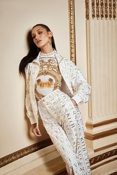 Streetwear brand Kith teams up with Italian fashion house Versace on a 100 piece collection. The star of the campaign is none other than Bella Hadid. Versace Fashion, Runway Fashion, High Fashion, Fashion Outfits, Versace Clothing, Street Fashion, Women's Fashion, Lucky Blue Smith, Bella Hadid