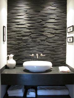 Ce mur en pierre apporte classe et chaleur à votre salle de bain !  Découvrez tous nos revêtements en pierre et galets sur http://www.pierreetgalet.com/14-les-revetements  #Salledebain #pierrenaturelle #Revêtements