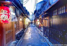 #Pontocho éclairée de lanternes par un temps pluvieux. Ça a son charme _  d'infos: http://ift.tt/1P6ryvC by tunimaal #travel #japan