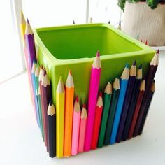 Cache-Pot Crayons [DIY] - The Best Gift Ideas, Trends, Models and Images Home Crafts, Easy Crafts, Diy And Crafts, Diy Cadeau Maitresse, Diy Crayons, Crayon Crafts, Crayon Holder, Pot A Crayon, Pencil Boxes