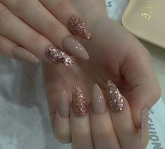 Semi-permanent varnish, false nails, patches: which manicure to choose? - My Nails Gold Acrylic Nails, Rose Gold Nails, Glitter Nail Art, Acrylic Nail Designs, Chic Nails, Stylish Nails, Trendy Nails, Perfect Nails, Gorgeous Nails