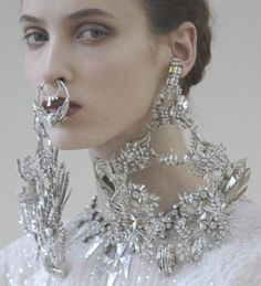 Another Detail pic from Givenchy's Spring 2012 haute couture collection. Love the necklace/earrings. Do not love the nose ring hanging over the mouth. Mode Lookbook, Jewelry Accessories, Jewelry Design, Color Plata, Trends 2018, Laura Ashley, Kate Moss, A Boutique, Fashion Details
