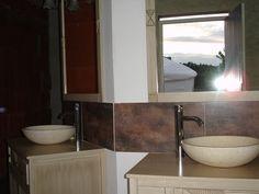 salle d'eau privée de 20m² avec 2 asques, 2 douches à l'italienne sur galets, WC, chauffe-eau solaire