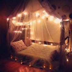 Cama de casal com cortina e luzes <3 <3