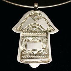 La main de Fatma (ou Fatima) aussi appelée Khamsa transmet la puissance, la protection, l'offrande ou la bénédiction.