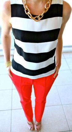 I love the striped top and red pants. I'm interested in trying bright pants but I'm not sure what to wear with them. Street Style Outfits, Mode Outfits, 30 Outfits, Classy Outfits, Moda Professor, Bright Pants, Coral Pants, Orange Pants, Top Mode
