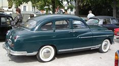 Salon de Paris, octobre 1954. Au stand Ford, les modèles de Poissy sont assaillis par le public qui admire les Ford Vedette, avec les nouvelles carrosseries, Appelées Simca à partir de 1955. La gamme Vedette V8 dans leurs nouvelles versions: Trianon, Versailles, Régence et Marly. Simca poursuivit la production de la gamme Vedette jusqu'en 1958.