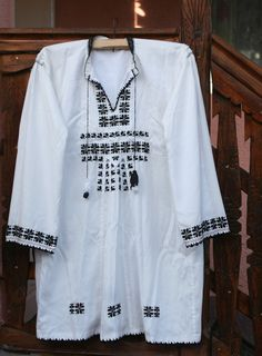 Yes, men's shirt from Mures, Transylvania – Shirt Types Folk Embroidery, Learn Embroidery, Embroidery Ideas, Floral Embroidery, Folk Costume, Costumes, Latest Embroidery Designs, Types Of Shirts, Men's Shirts