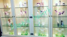 """PROFUMO DI LEGGEREZZA Vetrina di primavera I prodotti sono posizionati secondo l'esposizione tecnica. Tra un cielo pieno di leggere farfalle e un prato di margherite. L'insieme e' pulito e leggero , grazie alla giusta alternanza tra prodotto e decorazione. """"La Bottega di Narciso""""Milano  #farfalle #butterflies #spring #primavera #green #pink #verde #rosa #visual #daisy  #visualmerchandissing"""