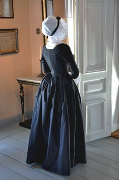 reproduction 1790 mourning round gown (back)