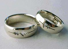 """Una pareja tenía sus anillos de boda grabados con una forma de onda de sus propias voces diciendo """"Acepto""""."""