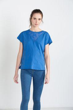 Camiseta manga corta con panel de tejido bordado.