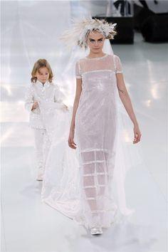 Chanel Alta Costura pv 2014: Cara Delevingne, la novia de Karl