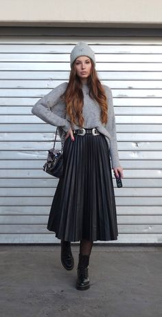 Black Tulle Skirt Outfit, Winter Skirt Outfit, Skirt Boots, Skirts With Boots, Mode Outfits, Chic Outfits, Outfits With Boots, Modest Winter Outfits, Outfit Elegantes