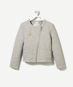 LA VESTE ANCRE :                     Une veste très tendance à porter avec du jaune ou du bleu pour rehausser la tenue !             LA VESTE ANCRE, col rond, fermeture par zippe, manches longues, effet matelassé, deux poches.