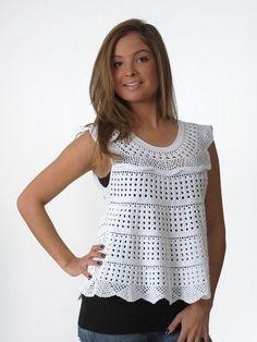 Bel top estivo per il quale abbiamo un modello in bianco e uno con più colori, a voi di scegliere quello che preferite.