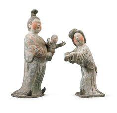 唐代 - 彩繪母子俑                              本組陶俑共包含三人,抱小孩的婦人較為年長,形象高大,梳高髻;年輕者髮髻偏墮右側為「墜馬髻」。兩人彎眉細目,面頰豐腴,體態婀娜,可謂是盛唐佳人的代表。
