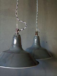 Suspension lumineuse tôle émaillée gris anthracite sur câble bicolore