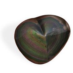 L'Obsidienne Arc-en-ciel est indiquée pour faire émerger la créativité d'une personne en la reliant aux forces vives de la création. Mais dans cette forme en cœur, les couleurs rose et vert expriment le rôle du cœur qui est de recevoir et de donner : cette obsidienne va donc aider à libérer en nous cette fonction donner-recevoir.