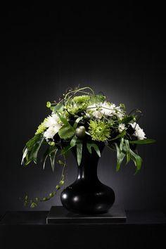Üppig dekorativer Strauß aus Spider-Chrysanthemen umspielt von Lotus, Geweihfarn und Passiflora