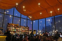 """IlPost - Pechino, Cina - La+libreria+-+oltre+che+caffetteria+e+ristorante+-+in+lingua+inglese+Bookworm+(dal+<a+href=""""http://beijingbookworm.com/photo-gallery/"""">sito+della+libreria)"""