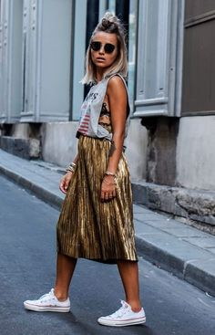 Gold skirt with tee shirt camille callen com saia plissada dourada + camiseta regatona + tênis. Look chique despojado Look Fashion, Fashion Outfits, Womens Fashion, Fashion Trends, Street Fashion, Looks Style, Style Me, Street Chic, Street Style