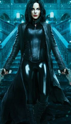 Badass beauty, Kate Beckinsale as Selene out to end the long, violent wars between the Lycan clan and the Vampire faction who betrayed her in Underworld: Blood Wars. Underworld Selene, Underworld Movies, Underworld Costume, Underworld Kate Beckinsale, Kate Beckinsale Pictures, Kate Beckinsale Hot, Films Cinema, Vampire Girls, Female Vampire