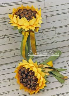 подсолнух из конфет на ножке Sweet Bouquets Candy, Candy Bouquet Diy, Candy Flowers, Gift Bouquet, Crepe Paper Flowers, Diy Flowers, Chocolate Flowers Bouquet, Edible Bouquets, Candy Crafts
