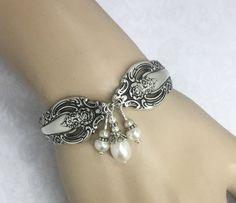 silverware bracelet with pearls Silver Spoon Jewelry, Fork Jewelry, Metal Jewelry, Beaded Jewelry, Vintage Jewelry, Silver Rings, Bullet Jewelry, Jewelry Crafts, Jewelry Art