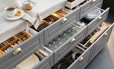 IKEA tallrikar och glas i lådor