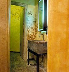 pavimento con ghiaia e lavandino su disegno, pezzo unico in cemento e legno. pareti con rilievo disegno iuta