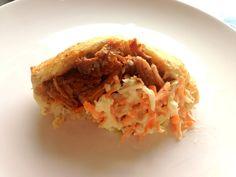 Pulled pork hot dog. Opskrift på hjemmelavet hotdog brød med pulled pork og fedtfattig coleslaw.