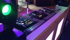 DJM 2000nexus en CDJ-2000 met ons witte LED-meubel.