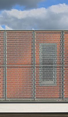 NAARDERHEEM HOUSE BY BORREN STAALENHOEF ARCHITECTEN (borrenstaalenhoef.nl, Photography) expanded metal facade Green Facade, Metal Facade, Metal Fence, Metal Panels, Garden Architecture, Architecture Details, Loft Railing, Expanded Metal Mesh, Build Your Own House