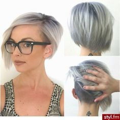 Be bold, make a statement with the shaved bob hairstyles. Women's hairstyles with a shaved patches on one side are the latest trend in hip hop and jazzy. Love Hair, Great Hair, Awesome Hair, Shaved Bob, Short Shaved Hair, Bob With Shaved Side, Shaved Hair Women, Shaved Sides, Hair Colorful