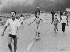 En mi opinión esta es una de las fotos más poderosas de la historia. El terror y el dolor de la niña del Napalm transmitido en una imagen en blanco y negro. El reflejo de los niños que corren despavoridos.  Uno de los episodios bélicos más terribles de la historia.   #napalm #niña #vietnam