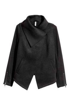 Veste drapée: Veste en feutre enrichi d'une touche de laine. Modèle court avec revers drapés munis de boutons-pression dissimulés en haut. Manches longues avec parties en maille côtelée. Poches latérales. Base asymétrique. Doublée.