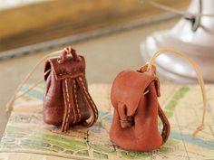 革で手作り!ふっくらシルエットのミニチュアのリュックの作り方(ミニチュア小物)|ぬくもり Leather Craft, Bucket Bag, Baby Shoes, Barbie, Miniatures, Pattern, Crafts, Bags, Dollhouses