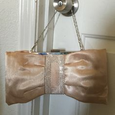💄Champagne Rhinestone Bow Clutch NW💄 💄 Champagne rhinestone clutch purse 🆕 needs a good home no PayPal no trades Bijoux Terner Bags