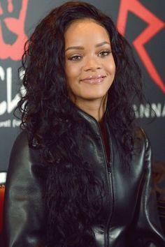 Rihanna's Curly Hair. Really Hansome.lol