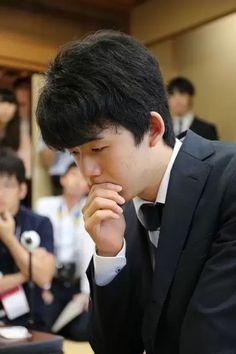中学3年の最年少の将棋棋士、藤井聡太四段(14)が2日、東京都渋谷区の将棋会館で行われた第30期竜王戦決勝トーナメント2回戦で佐々木勇気五段(22)と対局、先手の佐々木五段が101手で勝ち、藤井四段の連勝記録は29でストップした。  中学生初の竜王タイトル挑戦の夢も消えた。  藤井四段は昨年12月のデビュー戦から勝ち続け、先月26日、神谷広志八段(56)が30年間保持し続けた歴代最多記録の28連勝を抜く単独1位の29連勝を達成していた。  対局は午前10時に開始。序盤から藤井四段が長考する場面が多く、佐々木五段がリードする形で進んだ。その後、藤井四段がやや押し戻す局面もあったが、佐々木五段が優勢のまま、プロ入り初の投了となった。  連勝は止まったが、藤井四段は8大タイトルの一つ、棋王戦の本戦にも出場を決め、王将戦予選でも勝ち残っており、中学生初のタイトル挑戦への夢はまだ消えていない。勝ち進めばタイトル保持者らトップ棋士との対戦が待ち受けており、さらなる真価が問われる場となる。